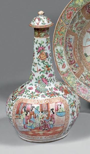 Vase bouteille couvert en porcelaine décorée...