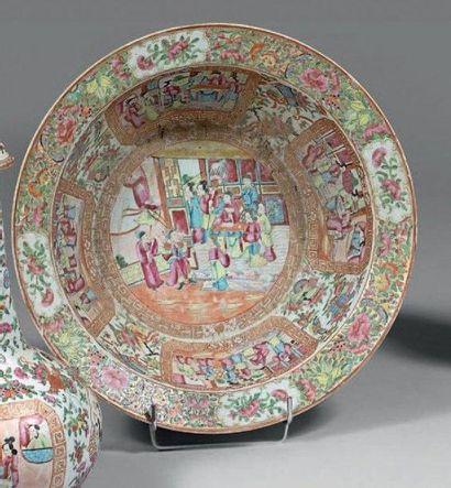 Bassin en porcelaine décorée en émaux polychromes...