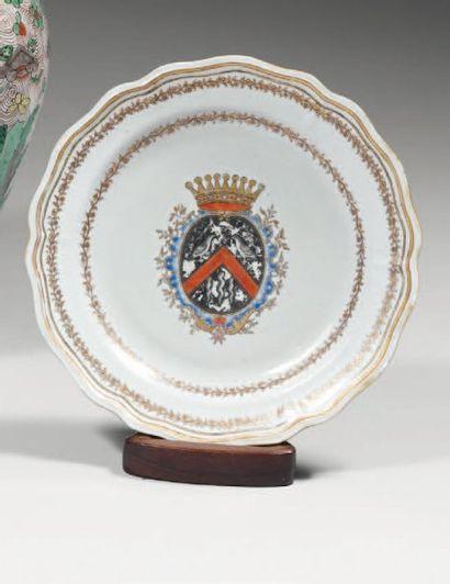 ASSIETTE de forme polylobée en porcelaine...