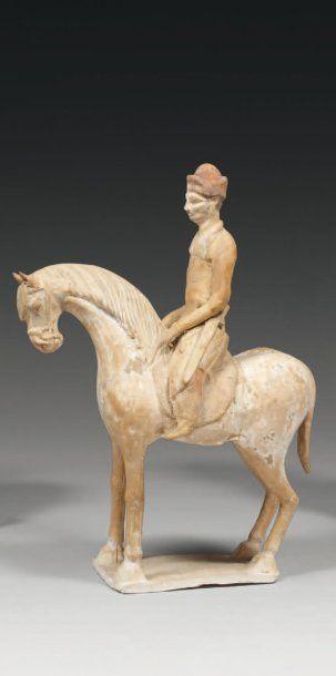 CAVALIER ÉTRANGER assis sur son cheval en...