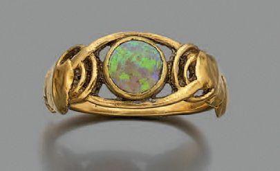 Bague en or jaune 750 millièmes à décor d'entrelacs ornée au centre d'une opale...