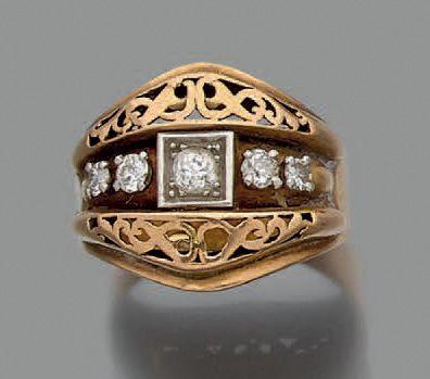 Bague en or jaune 750 millièmes et platine 850 millièmes ajouré, le centre orné...
