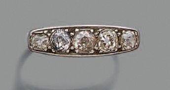 Bague en platine 850 millièmes, ornée d'une ligne de cinq diamants ronds de taille...