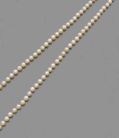 Collier de quatre-vingt-cinq perles de culture choker, le fermoir cylindrique en...