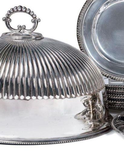 Ensemble de huit cloches couvre-plat en métal...
