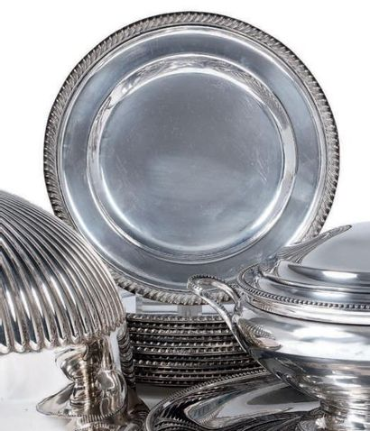 Douze assiettes rondes en métal argenté,...