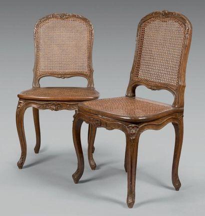Paire de chaises cannées à dossier plat cintré...