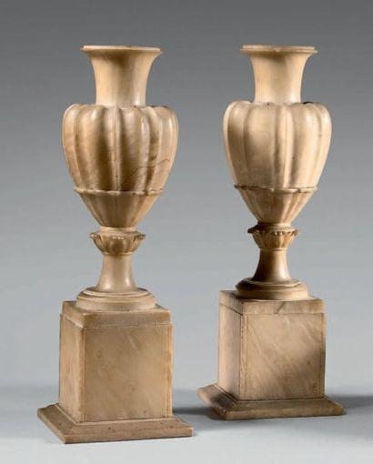 Paire de vases balustre à godrons en albâtre....
