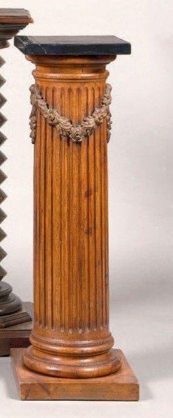 Sellette en forme de colonne en hêtre sculpté...