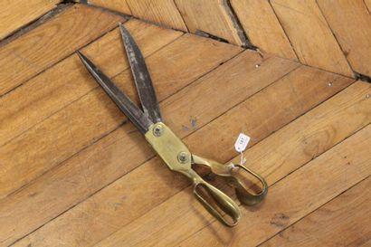Ciseaux de tapissier en acier et bronze marqué...