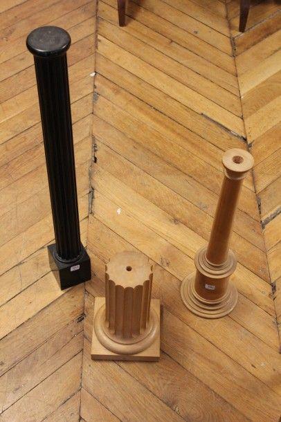 Trois pieds de lampe en forme de colonnes...
