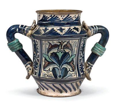 MONTELUPO ou DERUTA Circa 1460-1470 Albarello légèrement cintré muni de deux anses...