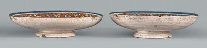 SIENNE Circa 1520-1530 Paire de petites coupes rondes à piédouche décorées en camaïeu...