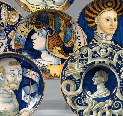 CASTELDURANTE ou DUCHÉ D'URBINO Circa 1520-1530 Coupe ronde à petit piédouche ornée...