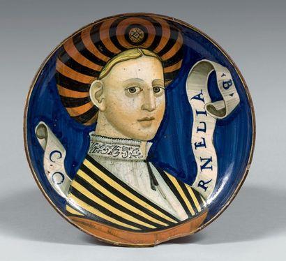 CASTEL DURANTE ou DUCHÉ D'URBINO Daté 1531 Coupe ronde à petit piédouche, décor polychrome...