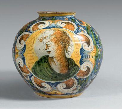 VENISE Circa 1560 Vase boule à décor polychrome de deux médaillons ornés de deux...