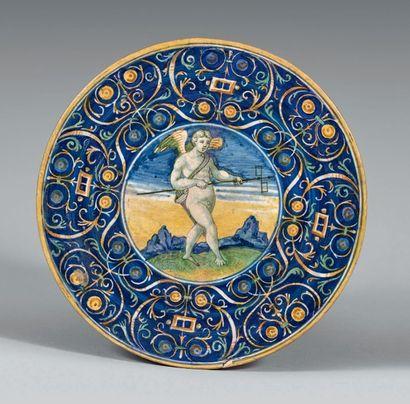 FAENZA Circa 1525 Plat rond à décor polychrome au centre d'un angelot debout sur...