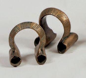 Deux bracelets de cheville en bronze et un...