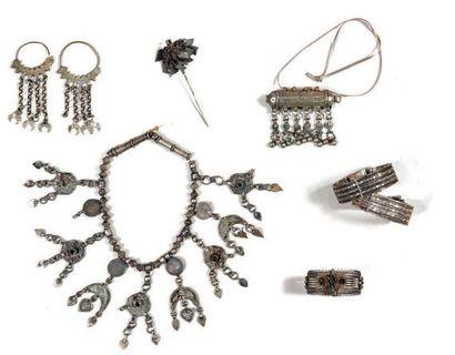 Lot de bijoux ethniques en argent et métal...