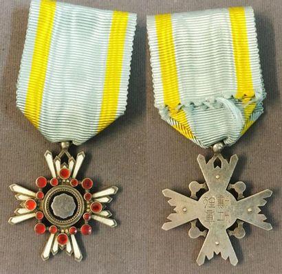 Japon - Ordre du Trésor Sacré, insigne de...