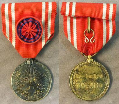Japon - Médaille d'or de la Croix-Rouge, en vermeil, avec ruban à rosette. 29 mm...