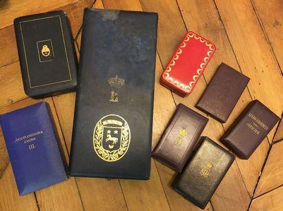 Lot d'écrins vides dont: Légion d'honneur signé Cartier, Légion d'honneur, Léopold...