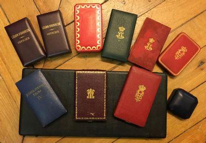 Lot d'écrins vides dont: Légion d'honneur signé Cartier, Légion d'honneur, Couronne...