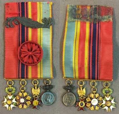 Portée de quatre décorations miniatures:...