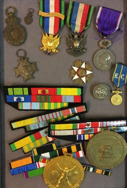 Lot de médailles et placards de rubans, dont:...