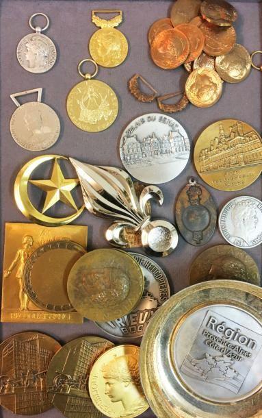 Lot divers: une médaille du Tourisme (1989)...