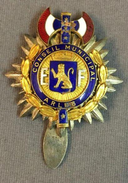 Arles - État Français, insigne de membre...