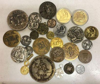 Fort lot de médailles de table en bronze:...