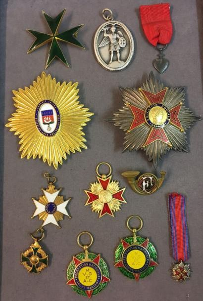 Fort lot d'insignes d'ordres non-officiels:...