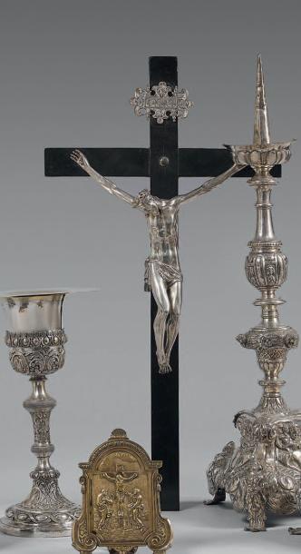 Crucifix en bois noirci, le Christ en argent,...