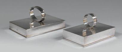 Deux couvre-plats en métal argenté uni de...