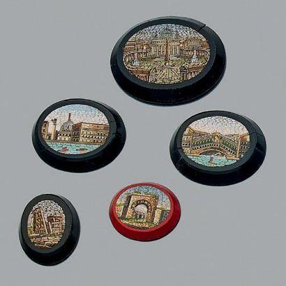 Lot de cinq micro-mosaïques à décor de vestiges....