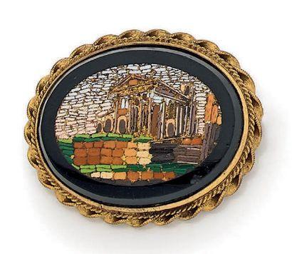 Broche ovale en métal doré ornée d'une micro-mosaïque...