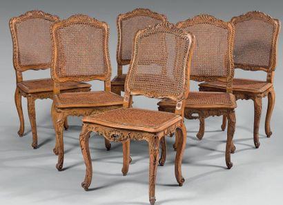 Suite de six chaises cannées en noyer à dossier...