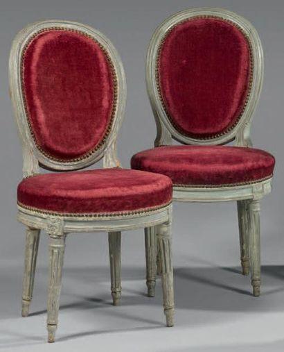 Paire de chaises à dossier médaillon cabriolet...