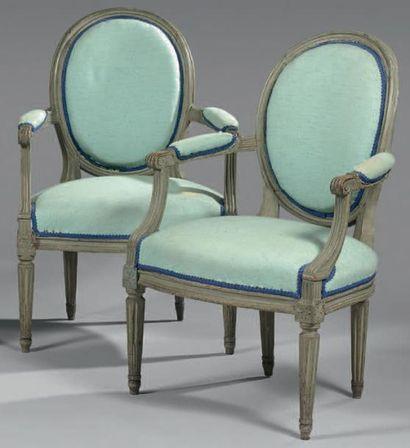 Paire de fauteuils en hêtre relaqué gris...