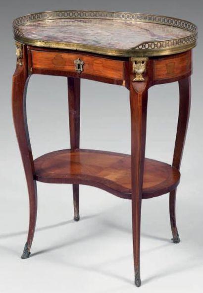 Petite table de salon de forme rognon en...
