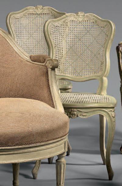 Paire de chaises cannées à dossier cabriolet...