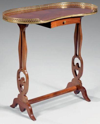 Table rognon en acajou à deux montants ajourés...