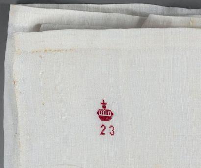 Ensemble (10 pièces) comprenant: - un bonnet en batiste blanc fermant par un ruban....