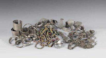 Lot de seize bracelets en argent et métal...