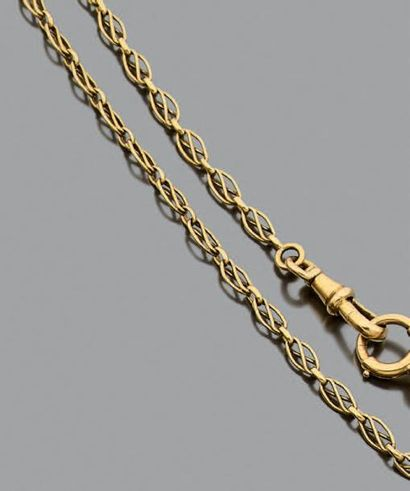Chaîne giletière en or jaune 750 millièmes, les maillons ajourés à décor d'entrelacs....