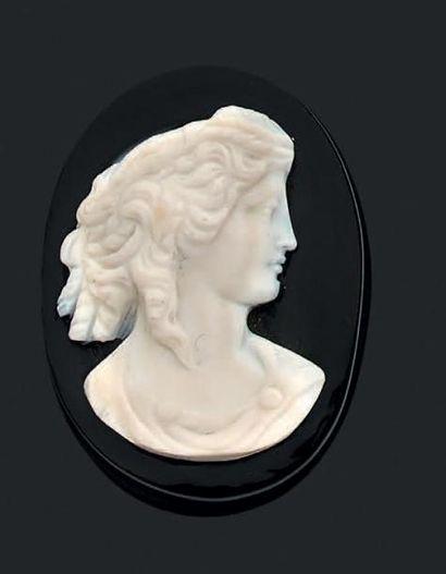 Camée onyx de forme ovale orné d'un profil...