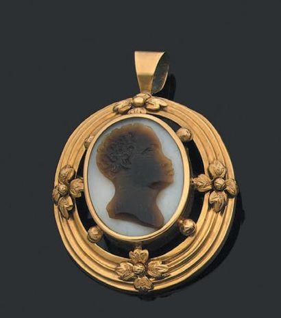 Broche de forme ovale en or jaune 750 millièmes...