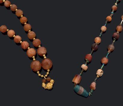 Lot composé de deux colliers composés de...