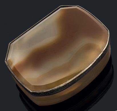 Boîte de forme rectangulaire et mouvementée...